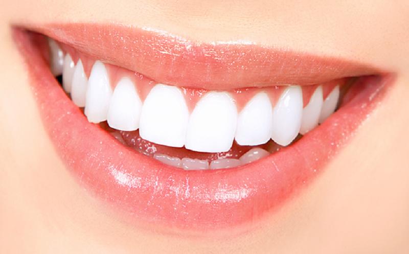 Borsta tänder med bakpulver